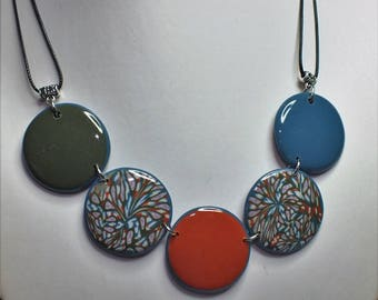 Teal necklace with 5 pearls contours