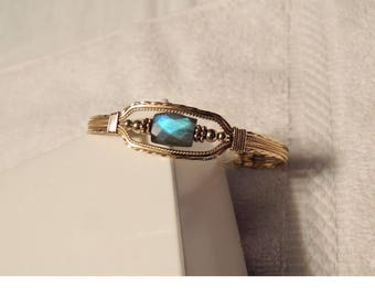 Enroulé de fil d'or rempli de labradorite irridecent bracelet unique en son genre, OOAK