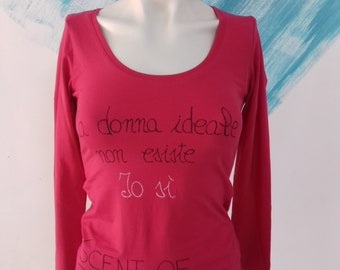"""T shirt hand painted """"Ideal woman does not exist, me yes"""" Italian - Inspirational long sleeves t-shirt hand written message one of a kind"""
