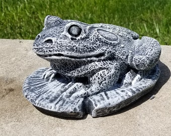 Frog on Lilly pad concrete yard ornaments garden cement lawn statue