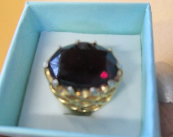 Vintage gold toned red garnet ring used no markings