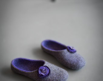 Women slippers with ultra violet flowers - Natural gray wool felted house shoes - Eco friendly gift for her - Pantone color of the year 2018