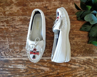 Women's Vintage 80s 90s White Leather Fringe Moccasins with Red & Black Beaded Birds by Walkables // Size 7 Wide