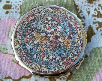 "Vintage 50's ""ENAMEL LOOK COMPACT""  in an Enchanting Floral Array  Made in Japan"