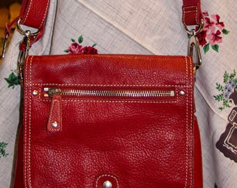 Vintage Fossil Red messenger or cross body leather purse with strap in very good condition