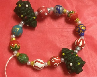 Festive clay Christmas tree stretch bracelet with ornaments