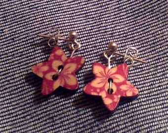 Red and white flower pattern, star shaped earrings (1 pair)