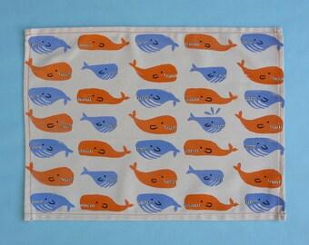 Tovaglietta con pattern di balene. Confezionata artigianalmente con stoffa stampata a mano con timbri di patate e colori per tessuto