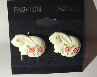Vintage bunny button earrings