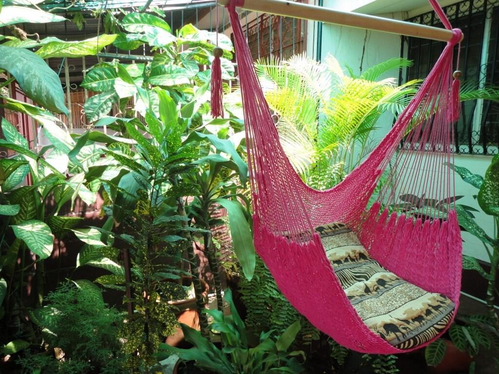 Fuchsia assis hamac suspension bois et coton naturel chaise