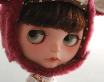 Blythe animal hat with fur chin strap - plum bruised eye freckled sheep