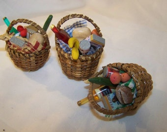 Dolls House Miniatures - 1/12th BASKET OF SHOPPING X 1