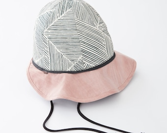 POLYGONE - reversible hat with striped prints - black and white striped