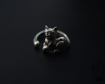 Round sterling silver lying cat with tail ring