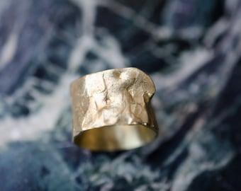 Moulton metal design ring wraps around the finger perfectly