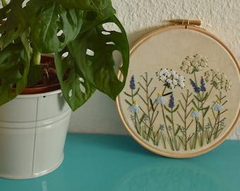 Borduurwerk voor aan de muur, met heide bloemetjes, blauw met wit, planten. Botanische decoratie, muurdecoratie | Vintage look, handgemaakt