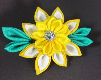 Kanzashi - yellow flower with green leaves