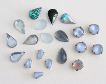 ONLY LOT - Vintage mixed blue glass stones (20)