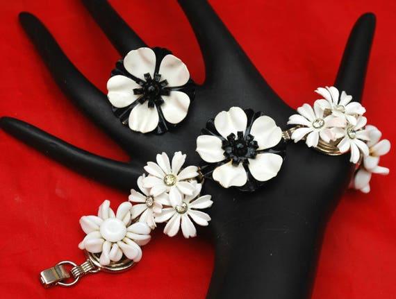 Flower bracelet and Adjustable ring Set  - Black White - Enamel flower - White milk glass - Lucite - Rhinestone