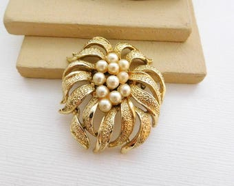 Vintage Yellow Gold Tone White Faux Pearl Cluster Nouveau Flower Brooch Pin PP42