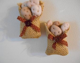 Ensemble de 2 faux aliments Miniatures pommes de terre dans deux sacs de réfrigérateur sacs toile de jute avec Bow Miniatures