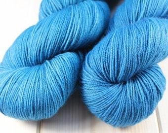 Skein hand dyed - Fingering - superwash Merino and Nylon (75/25) - 100 g / m 425 - Ultramarine