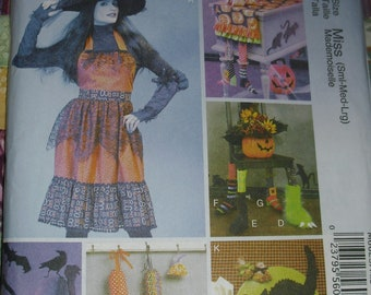 McCalls Crafts S-Med-Lg M6623 Halloween Apron and Decorations