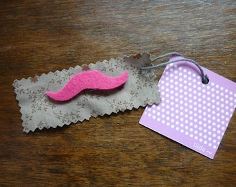 This charming pink felt brooch
