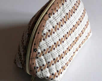 Handmade Dumpling pouch - fabric - quilted - beige white - flowers