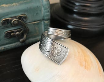 Knuckle wrap floral ring