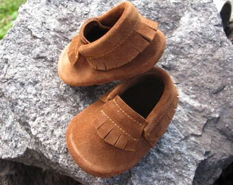 Brown Baby Moccasins. Kids moccasins.  Leather baby moccasins.Peter Pan Shoes.Robin Hood moccs.Baby Girl Boy Moccasins.Sizes 0m-3m,6m-18m,4t