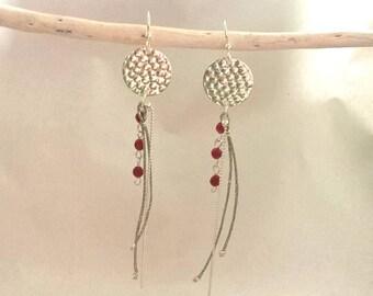 Boucles d'oreille disque martelé argent et pierre grenat-boucles d'oreille bohème-cadeau pour elle-idée cadeau Noël femme-bijou personnalisé