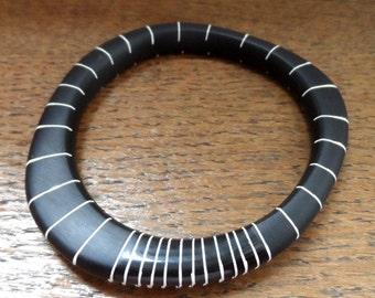 Résine noire wangle bracelet avec des rayures nues
