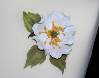 "Brooch ""White dogrose"""