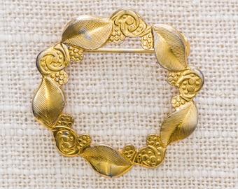 Flower and Leaf Brooch Vintage Gold Round Wreath Etched Broach Vtg Pin 7JJ