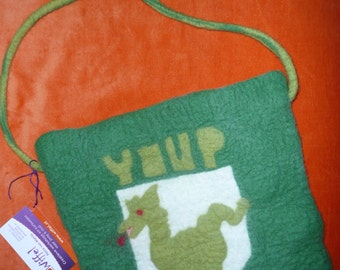 This fun handgevilte bag with a dragon is made of merino wool.