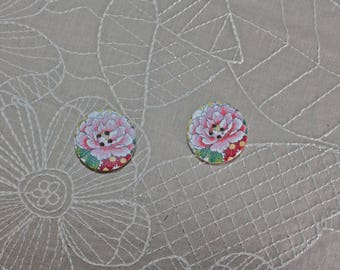 2 wooden buttons with a big pink flower