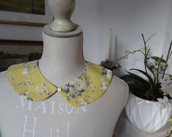 Peter Pan collar removable and reversible: one side striped gray and white and the other yellow with grey and Ecru rose bouquets