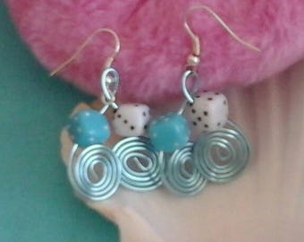 Do re mi made of 1 ice blue aluminum Wire Earrings mm (turquoise and white dice)