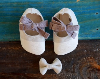 Baby girl shoes, slippers, Mary Janes, linen with leather toes. Baby shower gift.