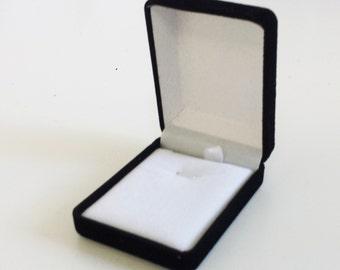 Gift box for jewelry in Velvet black - inside white - 7.5 cm
