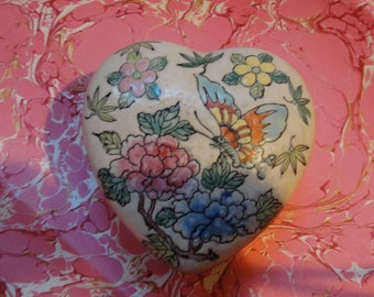 Floral Chinese porcelain heart shaped lidded ring dressing table dish