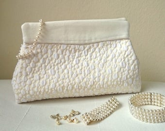 White clutch, Wedding clutch bag. White and ivory brocade purse, feminine, modern, chic and original. Fashion and trendy little handbag.