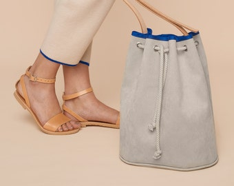 Tutorial and sewing pattern for a bucket bag with leather straps and piping