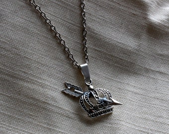 Once Upon a Time Outlaw Queen Regina and Robin Hood Love Necklace