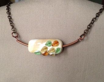 Schwimmende Blätter Halskette - Glas Anhänger - Geschenk für sie - Halskette Herbst - Grün - Orange - Creme - Handmade - Messing - Kupfer - OOAK - gelb