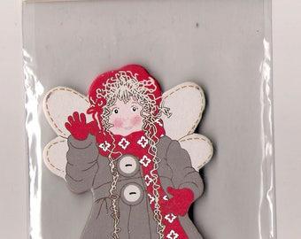 Figurine en bois peint - Fillette/Ange dans son manteau d'hiver beige