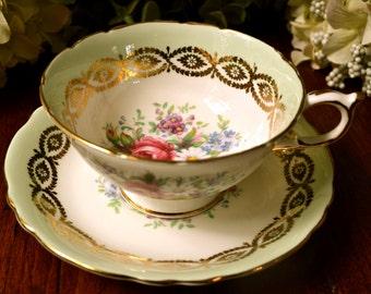 Paragon Fine Bone China tasse à thé et soucoupe, menthe vert grappe florale, or doré, en Angleterre