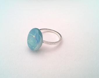 bague en verre dichroïque et bleu Aqua sertie sur argent sterling