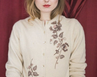 Adorable 1950s Vintage Cream Cardigan ~ Dusty Rose Pearl Vine Embroidery / Size Medium M / Vintage Sweater/ Wool sweater / 50s sweater